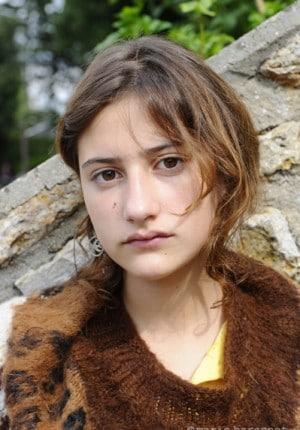 14 Lola Creton comedienne, tournage d'Olivier Apres mai  region parisienne 2011