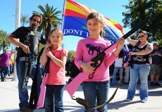 Défilé Pro Armes, Phoenix, Arizona. Trois générations, Steven, sa fille Stéphanie, Jasmine et Lillie. Steven porte un colt  A514 lanceur de grenades. Ses deux petites filles ont le dernier cri Pink Olympic AR15.