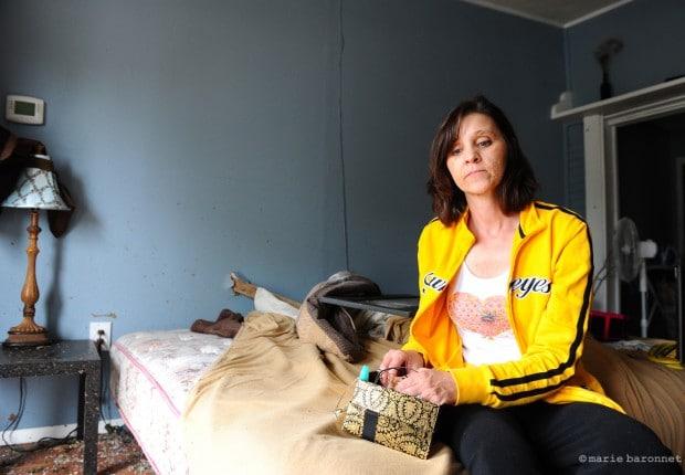 Valérie, sa boite à bijoux, sans plus sa montre, cadeau de sa mère, victime de pilleurs passés pendant qu'elle était évacuée après la grande tornade.  Moore, Oklahoma, mai 2013