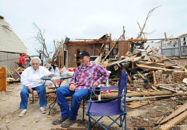 Sherley Parish et son fils Eldon Parish. Lors de la tornade Sherley s'est cachée dans la cave, elle n'a rien eu. Elle a vécu 47 ans dans cette maison. Même la tornade de mai 1999 n'avait pas fait de tels dégâts, dit elle. Moore, Oklahoma, mai 2013