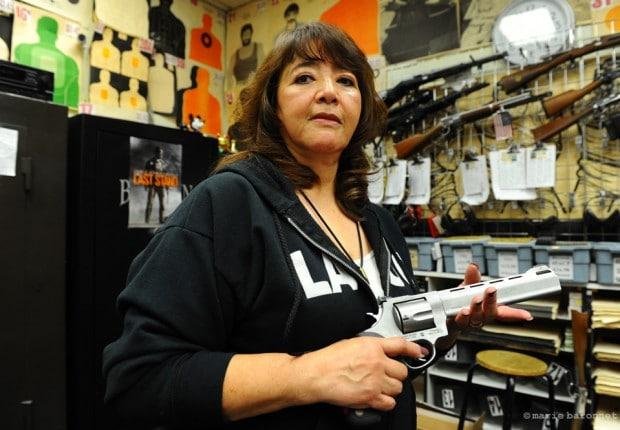 Los Angeles gun store. Los Angeles, Californie. La propriétaire, Elsie Yidonoy. Originaire du Guatémala, mariée à un coréen leur business explose depuis le massacre de Sandy Hook, Connecticut.