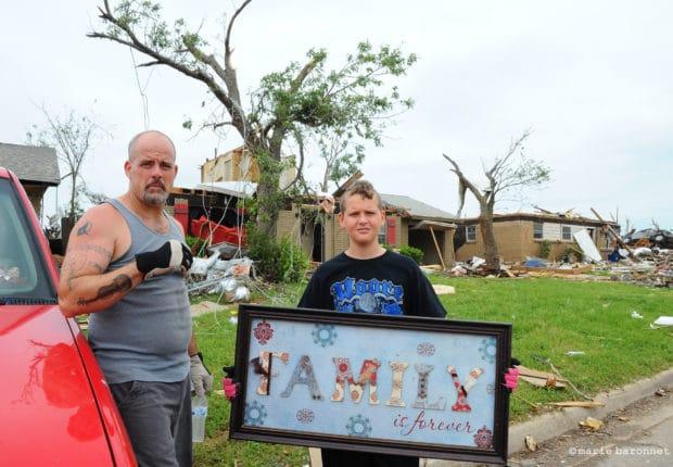 Michael Brown et son neveu tentent de récupérer ce qu'ils peuvent encore sauver. Michael louait sa maison et n'était pas assuré. Lui et sa femme partent s'installer chez sa mère dans une ville du Midwest. Moore, Oklahoma, mai 2013