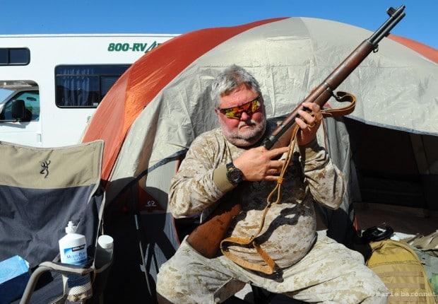 'The Big Sandy Shoot' Wikieup Arizona.  Deux fois par an des fous d'armes à feu se retrouvent dans le desert pour tirer à Coeur joie. Georges Ongies et son instrument favori.