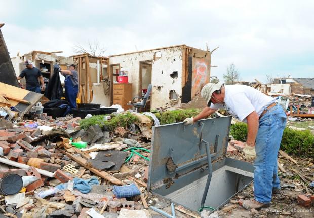 Un ami venu les aider me montre l'abri contre les tornades de Trudy et Mike Mimboden grâce auquel ils ont survécu.