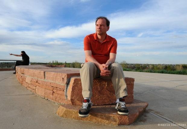 """Tom Mauser, Denver Colorado. Tom Mauser est le père de Daniel Mauser, tué dans le massacre de Columbine High School le 20 mai 1999. Tom est devenu activiste après la tragédie, et en un an a réussi a rassembler dans un état """"pro-guns"""" assez de signatures pour proposer et faire passer une loi imposant la vérification des antécédents de tout acheteur d'arme, ainsi qu'une mesure limitant la capacité des chargeurs à 15 projectiles. Immédiatement après ce succès 54 shériffs ont intenté une action légale pour faire abroger les deux mesures."""