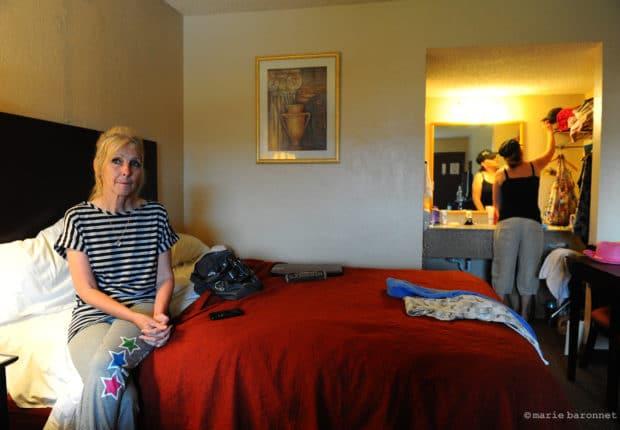 Linda Marville et sa fille Tracy se sont installées dans un motel le temps d 'être relogées. Bien assurée, elle n'a pas demande de secours à la F.E.M.A. Elle considère que cela doit profiter à ceux qui ne sont pas ou mal assurés. Moore, Oklahoma, mai 2013