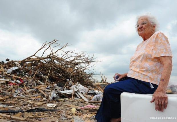 """Nadine, 83 ans, originaire du Texas, travaille comme secrétaire pour une compagnie pétrolière. Elle a vécu 32 ans dans sa maison. """"J'ai pleuré toute la journée, j'ai travaillé dur toute ma vie et il ne me reste plus rien à part ma voiture et les habits que j'ai sur le dos""""."""